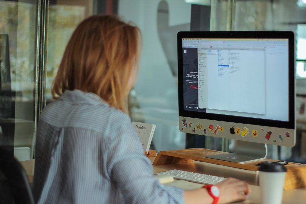 パソコンを操作する画像